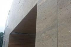 Wyszukany design: zawieszona fasada z trawertynu jest stylowa i funkcjonalna z korzyścią dla efektywności energetycznej i bezpieczeństwa. Boczny system mocowania z profilami nośnymi i podbudową BWM zabezpiecza płyty z kamienia naturalnego. Zdjęcie: KERATEK d.o.o