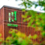 Budynek zzewnątrz nawiązuje doobróbki drewna iprodukcji podłóg. Fot.Kaczkan