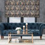 Roleta Capri zkolekcji Gardenia, konsola Chica, sofa Sofa Chesterfield Glamour Velvet Midnight, stolik Cube.