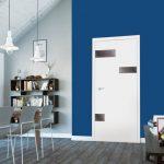 Wykańczając-jedną-ścianę-kolorem-Classic-Blue-wnętrze-zyska-wyrazisty-charakter.-Na-zdjęciu-drzwi-SENTIS-Cayo-od-RuckZuck
